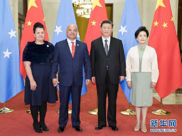 习近平和夫人彭丽媛同帕努埃洛总统和埃德温女士合影