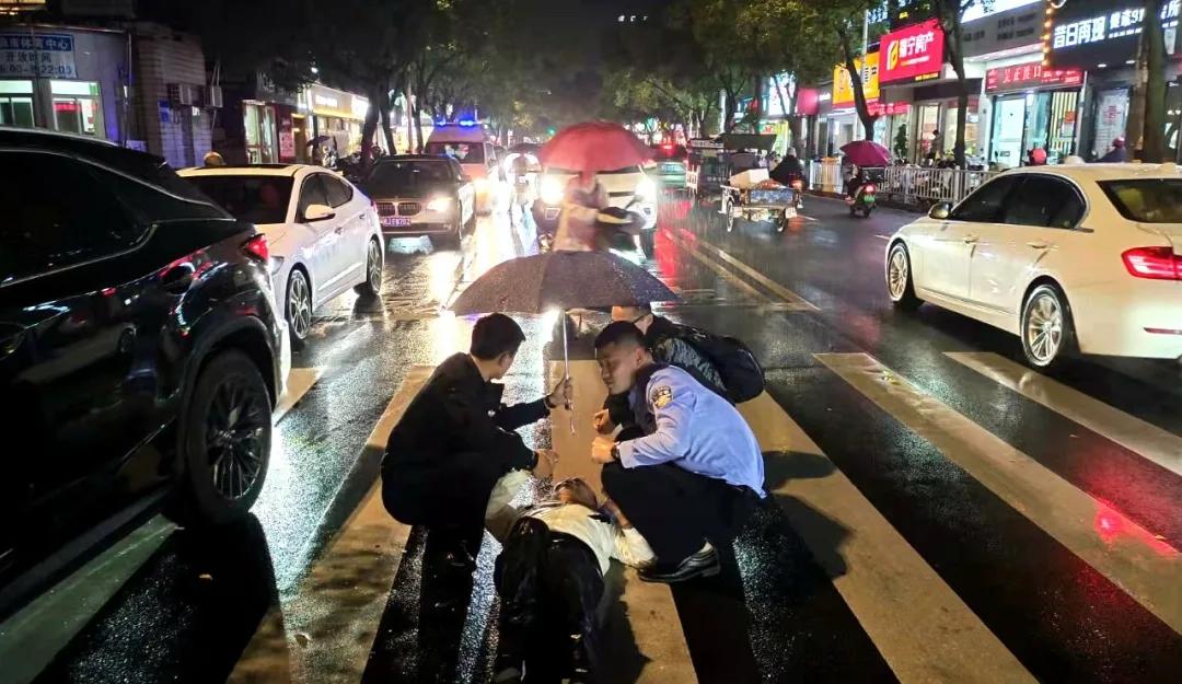 """福鼎一老人被撞受伤,交警蜀黍雨中撑起""""守护伞"""""""