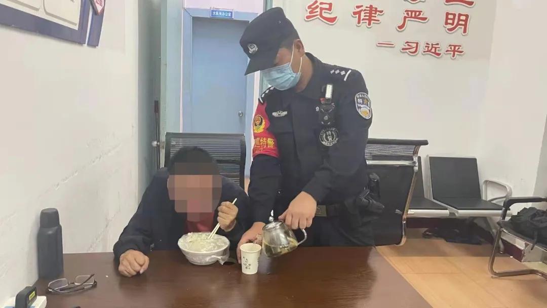 """寒夜""""暖警"""" ,福鼎民警救助一名外省残疾人"""